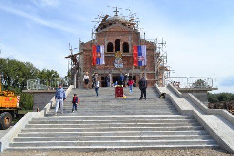 Освећење и постављање Часног Крста на куполу нашег храма